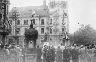Leengedik a városi tanácsszékház (városháza) tornyáról eltávolított vörös csillagot (okt. 26. délelőtt)